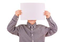 Rolig gullig pojke med det vita arket av papper Arkivbild