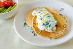 Rolig hemlagad frukost med pannkakor och godisstänk Fotografering för Bildbyråer