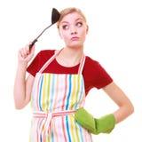Rolig hemmafru- eller kockkock i färgrikt kökförkläde med sleven Royaltyfria Bilder