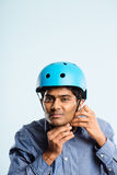 Rolig man som ha på sig cykla defin för kick för hjälmstående verkligt folk arkivbild