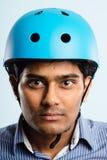 Rolig man som ha på sig cykla defin för kick för hjälmstående verkligt folk arkivfoton