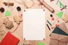 Rolig julsammansättning med handgjorda gåvor, pastellfärgade chalks och kakor Bästa sikt, utrymme för fri text Royaltyfria Foton