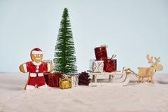 Rolig julsanta kaka med den beträffande julgran- och gåvaasken arkivfoto