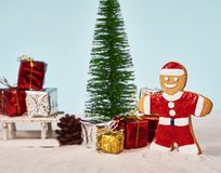 Rolig julsanta kaka med den beträffande julgran- och gåvaasken royaltyfri bild