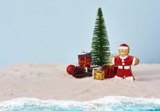 Rolig julsanta kaka med den beträffande julgran- och gåvaasken arkivbilder