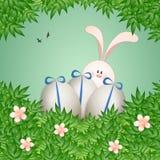 Rolig kanin med ägg för lycklig påsk Arkivfoto