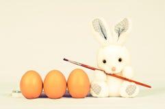 Rolig kanin med ägg och borsten Royaltyfria Foton