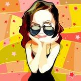 Rolig kvinna för tecknad film i solglasögon som imponeras lyckligt Arkivfoto