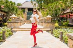 Rolig kvinna i röda flåsanden och höga häl royaltyfri bild