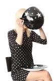 Rolig kvinna med den stora kaffekoppen fotografering för bildbyråer