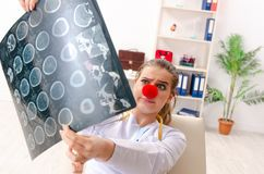 Rolig kvinnlig doktor som arbetar i kliniken royaltyfri foto