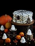 Rolig läcker sammansättning för allhelgonaafton med kakan, kex, marshmallowen och mandariner på tabellen Sötsaker i form av spöke Fotografering för Bildbyråer