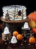 Rolig läcker sammansättning för allhelgonaafton med kakan, kex, marshmallowen och mandariner på tabellen Sötsaker i form av spöke Arkivbild