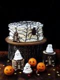Rolig läcker sammansättning för allhelgonaafton med kakan, kex, marshmallowen och mandariner på tabellen Sötsaker i form av spöke Royaltyfri Fotografi