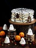 Rolig läcker sammansättning för allhelgonaafton med kakan, kex, marshmallowen och mandariner på tabellen Sötsaker i form av spöke Arkivbilder