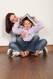 rolig lärande moder för dotterutbildning som läs till royaltyfri fotografi