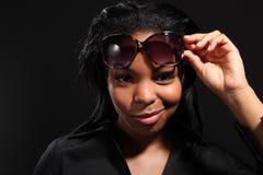 rolig leendesolglasögon som slitage kvinnabarn Arkivbilder