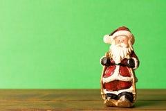 Rolig leksakjultomten på grön bakgrund Med tomt textutrymme _ arkivbild