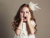 Rolig liten flicka i klänning Skrikigt barn Royaltyfri Foto