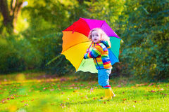 Rolig liten flicka med paraplyet Royaltyfri Bild