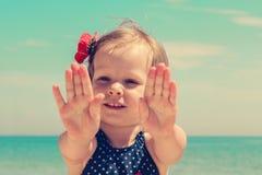Rolig liten flicka på stranden Royaltyfri Bild