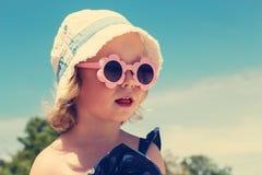 Rolig liten flicka på stranden Royaltyfria Bilder