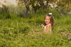 Rolig liten flicka som kör i parken Arkivbild