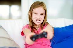 Rolig liten preteenflicka som spelar med den modiga konsolen Royaltyfria Foton