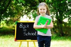 Rolig liten skolflicka som känner sig upphetsad om att gå tillbaka till schoen Royaltyfri Bild