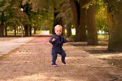 Rolig litet barndans i gangnamstil skjutit utomhus- för ö för fall dimmigt Royaltyfri Fotografi