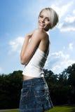 Rolig livlig ung blond flicka royaltyfria bilder
