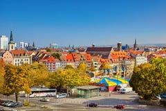 Rolig mässa på stadfyrkant i den historiska stadsmitten av Erfurt, Thu arkivbilder