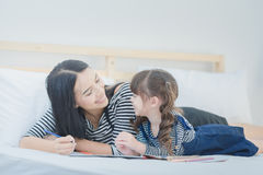 Rolig mamma och älskvärt barn som har gyckel tillsammans Fotodesign för Arkivfoto