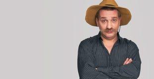 Rolig man med den bärande skjortan och hatten för mustasch arkivfoto