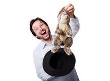 Rolig man med stort skratt med kanin från hatten Royaltyfria Bilder
