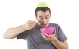 Rolig man som äter mat arkivbild