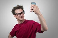 Rolig man som fotograferar sig på en smartphone Royaltyfri Bild