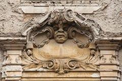 Rolig mascaron på den Art Nouveau byggnaden Royaltyfria Bilder