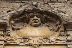 Rolig mascaron på den Art Nouveau byggnaden Royaltyfria Foton