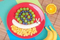 Rolig mat Snigel som göras från frukter Arkivfoto