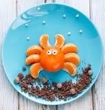 Rolig matkonst för ungar - tangerinspindel på en blå platta arkivfoton