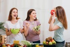 Rolig matlagning för kvinnligt hem- parti som högt skrattar arkivfoto