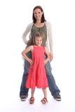 rolig moder för dotterfamilj som tillsammans plattforer Arkivfoto