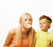 Rolig moder och son med bubbelgum Arkivfoto