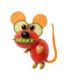 Rolig mus som göras av grönsaker på isolerad bakgrund arkivbild