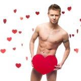 Rolig naken man som rymmer stor röd paper hjärta Fotografering för Bildbyråer