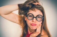 Rolig nerd- eller geekkvinna med sexuellt uttryck på framsida royaltyfria foton