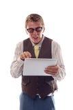 Rolig nerd som fungerar med hans tablet arkivfoto