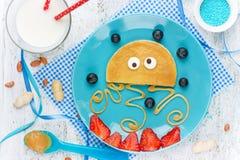 Rolig och sund frukostidé för ungar - pannkakan formade medusa Royaltyfri Bild