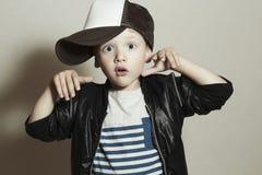 rolig pojke little Hip Hop stil Fashion Children Förvånad sinnesrörelse Arkivbild